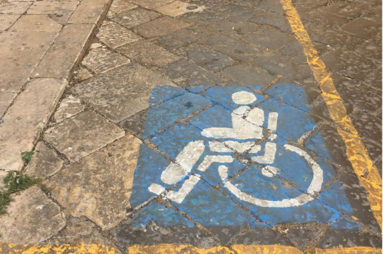 Monitoring parking bays reserved to disabled people